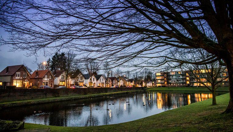 De Sprengerweg in Apeldoorn, waar door vergroening en verdieping en het herstel van een beekje meer water kan worden opgevangen. Beeld Freek van den Bergh / de Volkskrant