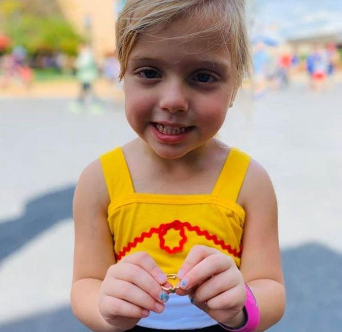 Belle, 4 ans, a reçu une bague en or d'un couple d'inconnus alors qu'elle passait la journée à Disneyland avec ses parents.