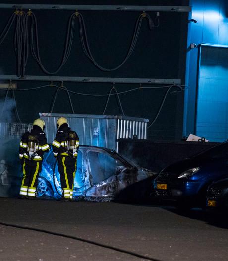 Brand verwoest auto op terrein Citroën-dealer Van den Berg in Sint-Oedenrode