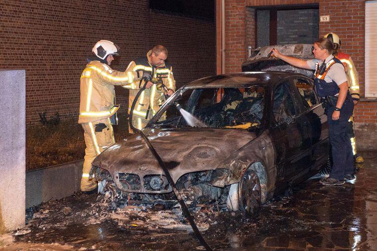 De brandweer blust na. De hele auto is uitgebrand.