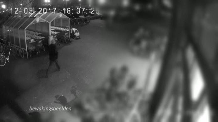 De overvaller is te zien op bewakingsbeelden van de supermarkt in Schijndel.