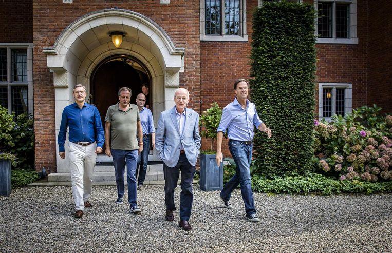 Van links naar rechts: Buma (CDA), Pechtold (D66), Segers (ChristenUnie), informateur Zalm en premier Rutte tijdens de formatie op landgoed De Zwaluwenberg. Beeld anp