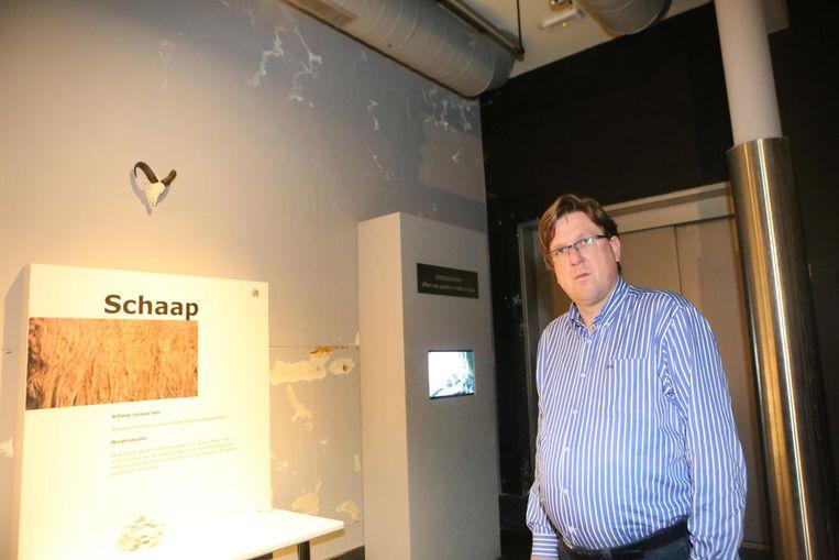 """Schepen Wim Bergé bij enkele vochtplekken in het museum (zie ook onder). """"Een oplossing is in de maak."""""""