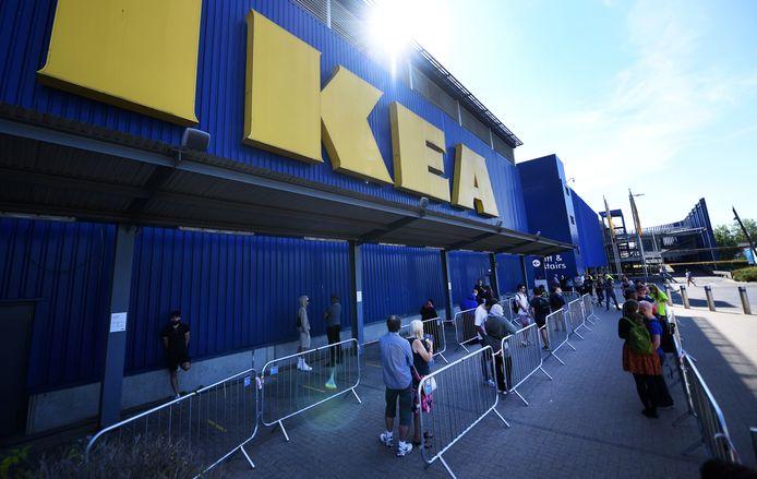 Wachtrijen voor de Ikea in Londen toen de filialen weer open gingen na de eerste lockdown.