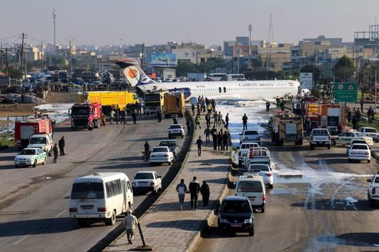 Het Iraanse passagierstoestel kwam op autoweg naast het vliegveld terecht.