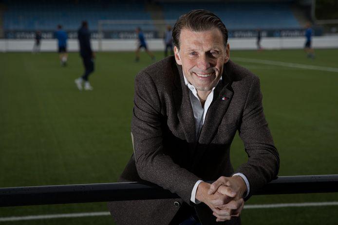Justin Goetzee op het veld van het Jan Louwers Stadion, waar hij als interim-directeur geen wedstrijden zag van zijn ploeg.