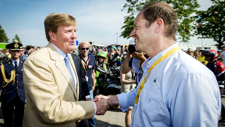 Koning Willem-Alexander wordt verwelkomd door Tour directeur Christian Prudhomme op bezoek tijdens de start van de Tour de France Beeld anp
