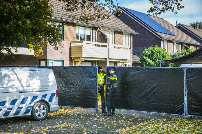 Afzettingen bij een woning aan de Julianalaan in het Gelderse dorpje Hengelo. De politie heeft na de vondst van een dode man en een dode vrouw in het huis een verdachte aangehouden. ANP ROLAND HEITINK/PERSBUREAU HEITINK