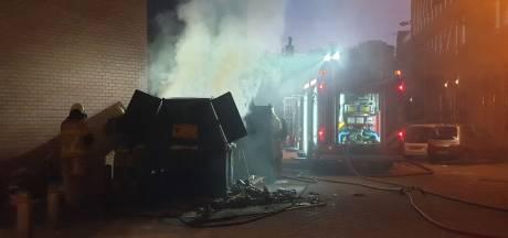 Afvalcontainer in centrum van Enschede vliegt in brand