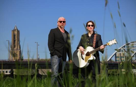 Arjan Amin en Elles Springs in de uiterwaarden van Arnhem, bij de John Frostbrug en bij de Eusebiuskerk, de kerk waar ze op 21 september hun lied 'De Brug' ten gehore zullen brengen.