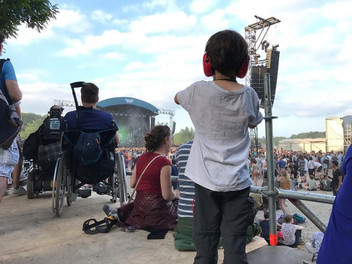 Jongste bezoeker Liam wacht met smacht op Arcade Fire