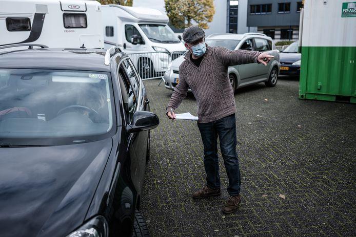 Drukte bij de coronateststraat van de GGD in Winterswijk.