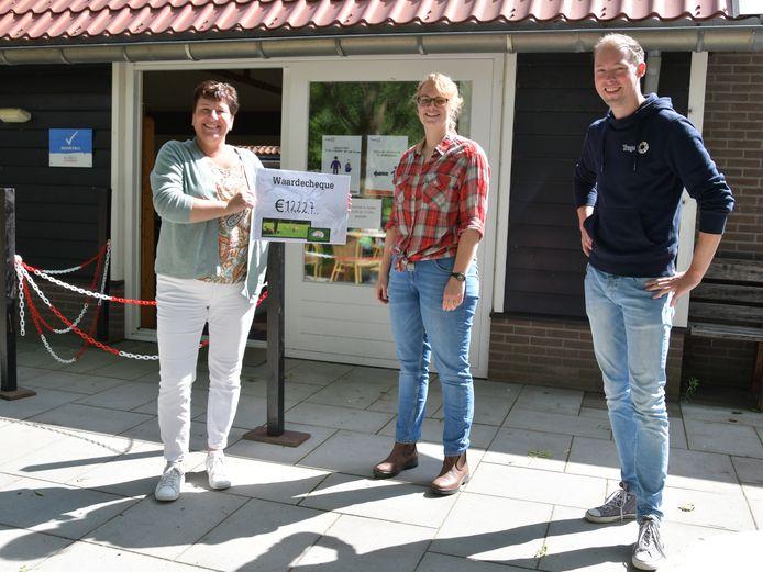 Blije gezichten en veel dank over en weer. Miranda Eekhout (links) overhandigt het opgehaalde bedrag aan Cathleen van de Wege en Daan Overtoom van Tragel.