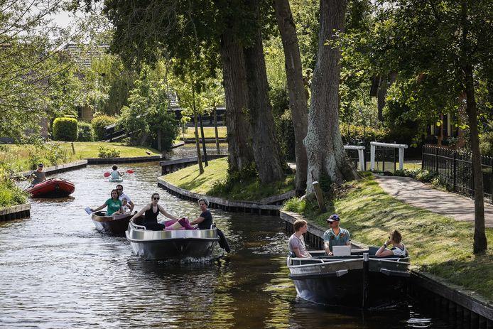 Verhuurboten mogen met Hemelvaartsdag nog wel in Giethoorn varen, boten van buitenaf niet.