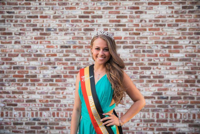 Nisa studeert voor kleuterjuf en is nu ook aan het studeren voor het Miss België examen.