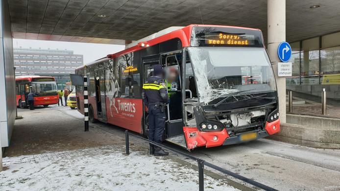 Een bus raakte zwaar beschadigd door de knal