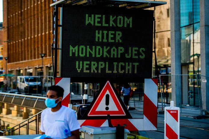 De mondkapjesplicht is vandaag ingegaan in het centrum van Rotterdam. Handhavers en stewards wijzen het publiek op de plicht een mondkapje te dragen.
