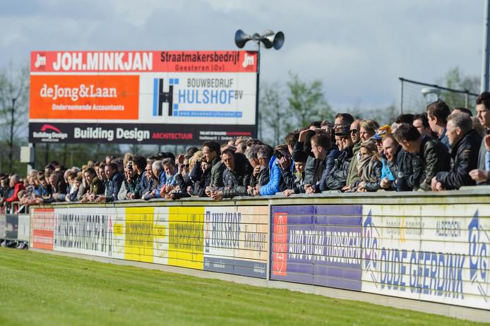 De derby trekt traditiegetrouw veel bezoekers. Ook deze zaterdagmiddag stroomde sportpark De Grote Moat van TVC'28 vol.