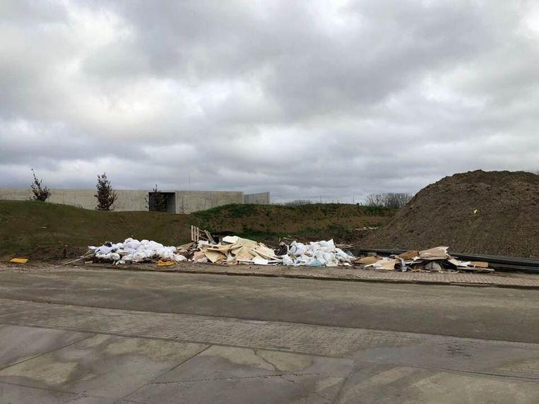 In de buurt van het crematorium werd heel wat afval achtergelaten.