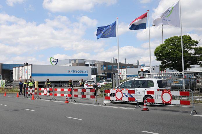 De politie heeft de entree van slachterij Vion in Apeldoorn afgegrendeld.