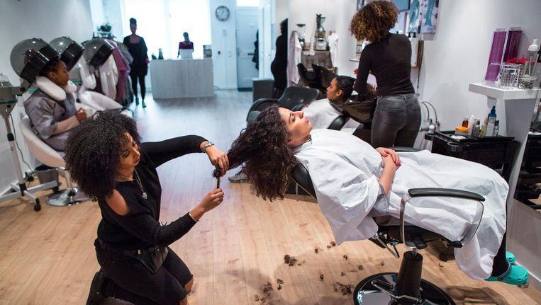 'Krullenfluisteraar' Irina Silva Fortes van salon Morango Curls in Rotterdam: 'Het omarmen van je natuurlijke afrohaar is ook een statement tegen het westerse schoonheidsideaal.' Beeld Najib Nafid