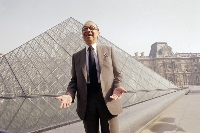 Architect I.M. Pei voor een van zijn beroemdste werken: de glazen piramides voor het Louvre in Parijs.