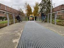 Fietsster onderuit op gladde brug in Deventer Vijfhoek