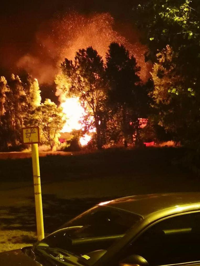 De vlammen schieten metershoog uit het dak.