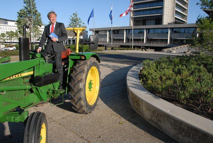 """Dirigent/intendant Marc Versteeg in de hoedanigheid van boze protesterende boer bij het Provinciehuis. """"Er dreigt een kaalslag voor de Brabantse cultuursector."""""""