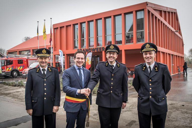 Erezonecommandant Donald Wittouck, burgemeester Francesco Vanderjeugd , Toon Dumoulin en zonecommandant Christian Gryspeert bij de nieuwe kazerne.