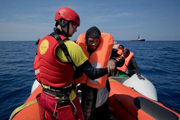 """Een bootje met vluchtelingen aan de Libische kust. """"Mensen uit Syrië laten we duizenden dollars aan mensensmokkelaars betalen om hun leven te riskeren"""", zegt Orlando, verwijzend naar de 5.000 migranten die vorig jaar verdronken in de Middellandse Zee."""