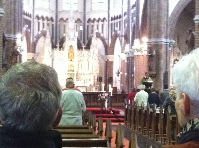 Kapelaan Beekman preekt tijdens de mis in Berghem.