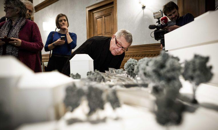 Architect Daniel Libeskind poseert bij de maquette van het Holocaust Namenmonument Nederland.  Beeld null