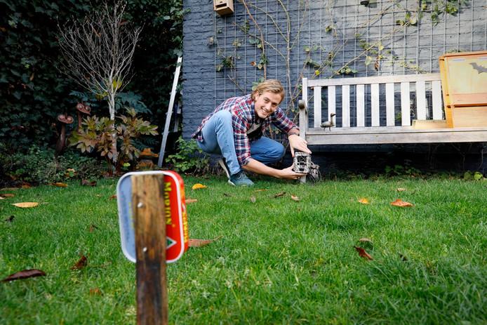 Joep van Belkom plaatste eerder in onder meer Nijmegen cameravallen in de tuinen. Het project Wildcamera wil de vraag beantwoorden hoeveel dieren en vogels, en dan met name egels, 's nachts door uw tuin lopen.