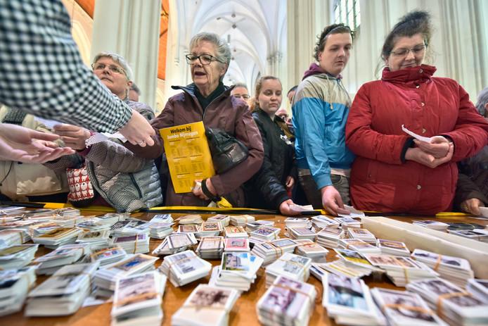 De plaatjesruilbeurs in de Stevenskerk trok zaterdag honderden bezoekers.