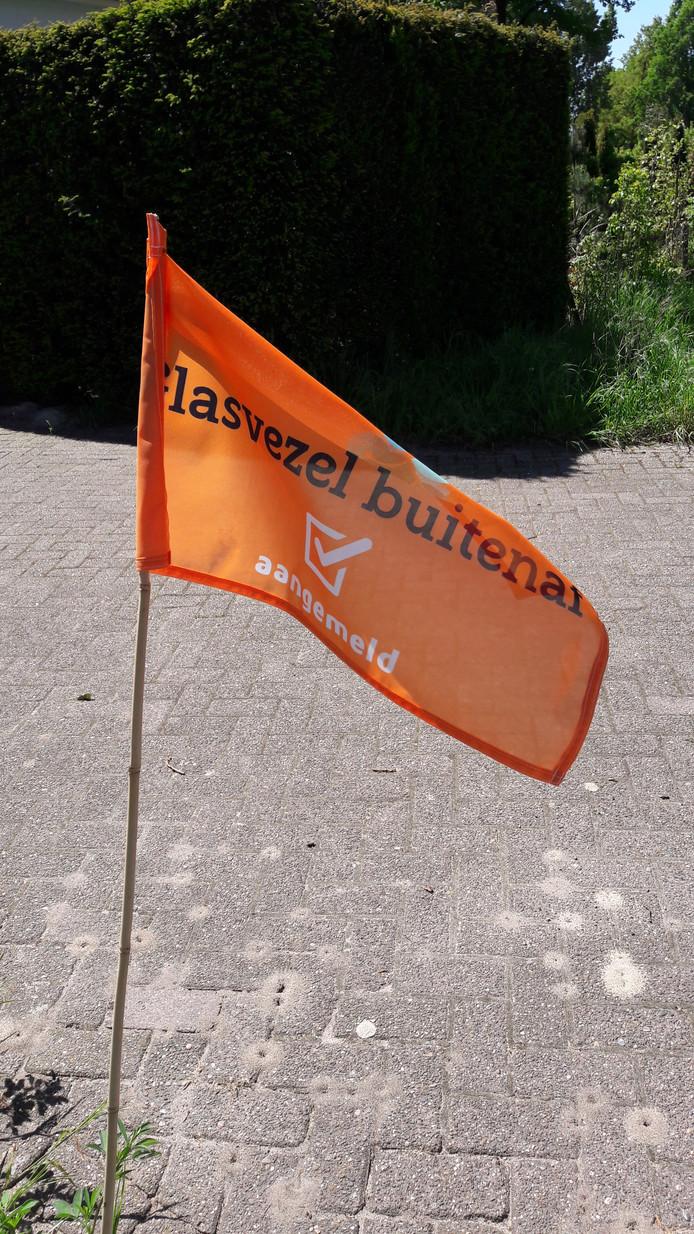 Het oranje vlaggetje toont dat bewoners van dit adres aangesloten worden op glasvezel.
