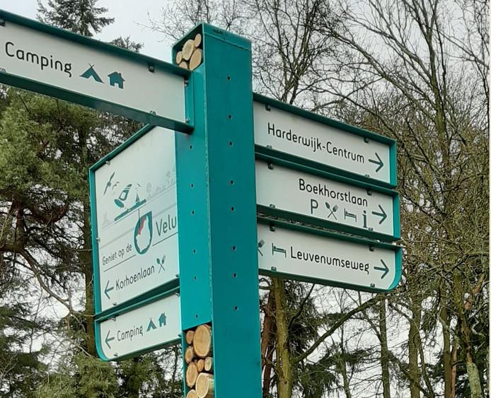 Een proefbord aan de Strokelweg in Harderwijk, met linksboven een kaartje van de Veluwe met de locatie van Harderwijk en een verwijzing naar de ligging aan het water.