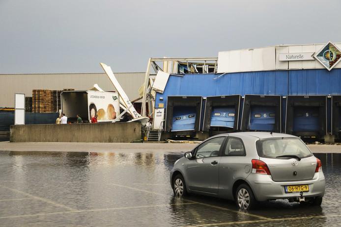 Een loods in Barendrecht stortte in door hevige regenval.