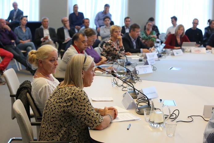 Oud-medewerkers Marjan Dommerhold en Monique Annink spreken in tijdens een raadstafel over Werkmakelaar-Oost.