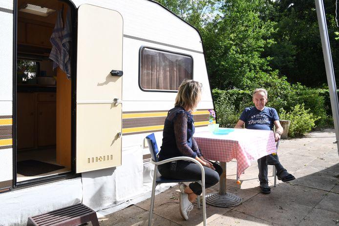 Patricia de Bruijn en Hans bij de Staycation in de tuin van de Buurstede.
