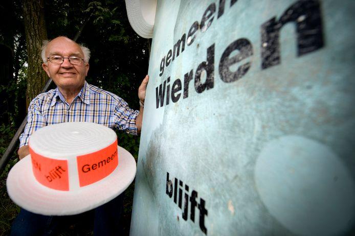 """Roelof Bartels met een actiehoedje en -bord tegen de herindeling van Wierden: """"We hadden afgesproken dat alles netjes moest verlopen."""""""