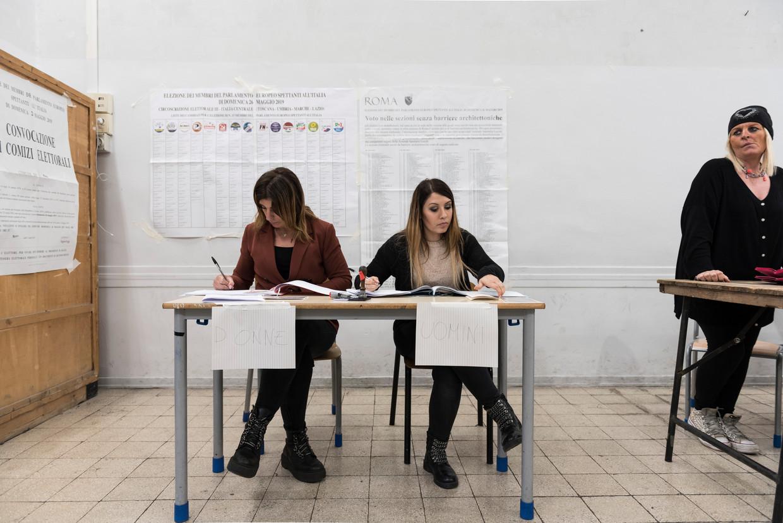 Niet voor Europa, maar voor Italië - het stemlokaal aan het Piazza del Collegio Romano. Beeld Marco Bonomo
