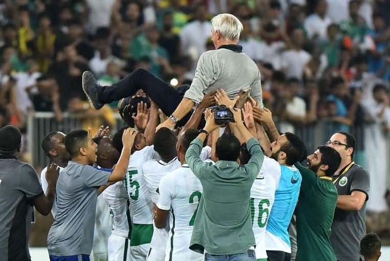 Van Marwijk wordt door spelers van Saoedi-Arabië in de lucht gegooid na plaatsing voor het WK Beeld afp