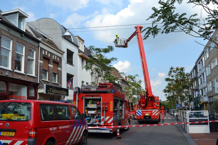 Met behulp van een hoogwerker wordt de brand geblust.