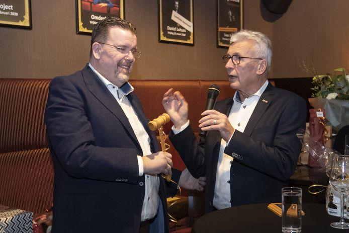 Scheidend voorzitter Henk Wolterink (rechts) overhandigt de voorzittershamer aan zijn opvolger Gertjan Klein Legtenberg.
