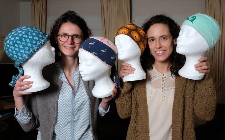 Mutsjes op maat van ernstig zieke kinderen, tijdelijk haarloos omdat ze chemo of bestraling krijgen. JolieJulie rolt dat uniek project in het UZ in Gent uit.
