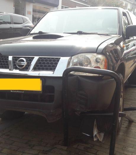 Ravage in Hengelo: man knalt tegen geparkeerde auto en rijdt paaltjes plat