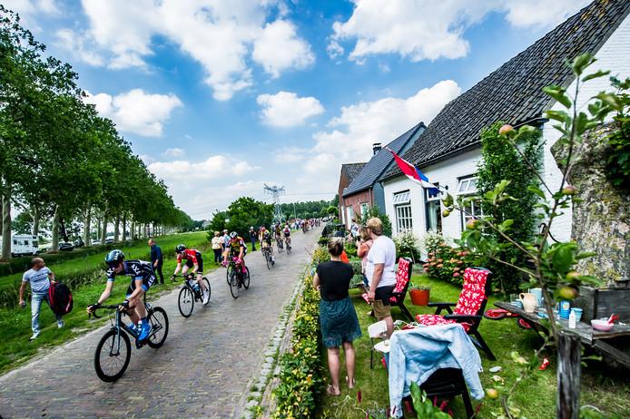 Bewoners van de Watermolenweg juichen de passerende wielrenners toe.