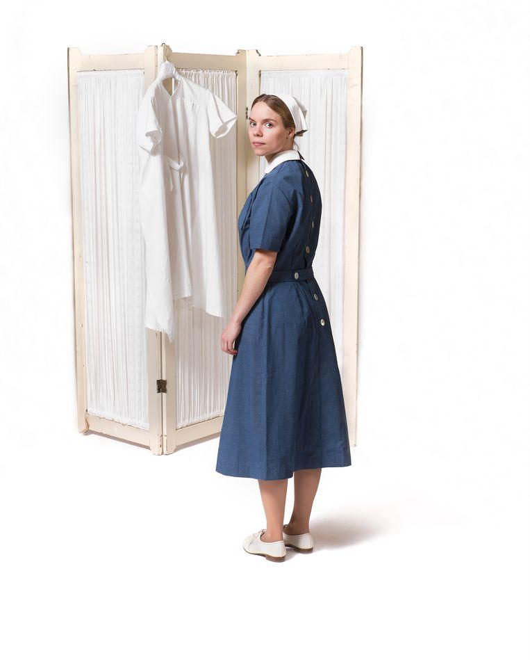1957 Invoering van het synthetische maar helaas niet ademende blauw- witte Désirée-uniform, ontworpen door Constance Wibaut. Beeld Inge Hondebrink