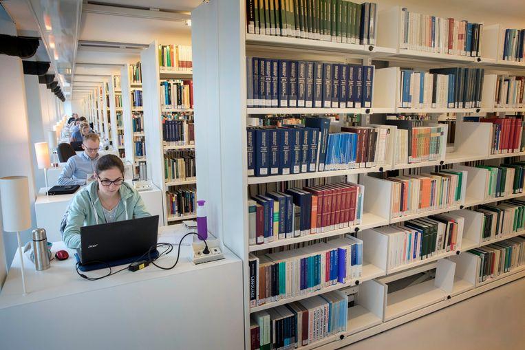 Studenten aan het werk in de Universiteitsbibliotheek van de Universiteit Utrecht. Beeld Werry Crone